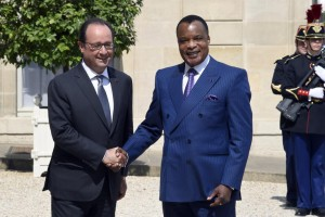 French President Francois Hollande (L) shakes hands with his Congolese counterpart Denis Sassou-Nguesso as he welcomes him at the Elysee Palace in Paris on July 7, 2015. Hollande received Sassou-Nguesso ahead of controversial reforms being discussed later this week that would allow the 72-year-old to change the constitution to run for another term in 2016 after 30 years in power. AFP PHOTO / DOMINIQUE FAGET